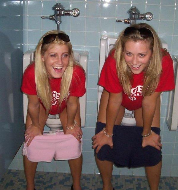 dve-podrugi-v-tualete