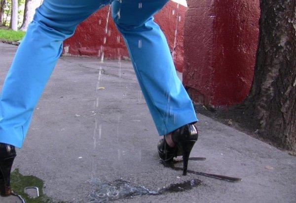 Зассанки в штаны, порно пизда больше чем голова