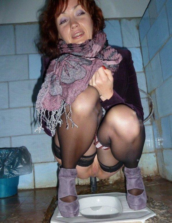 писающие в туалете женщины в возрасте меня