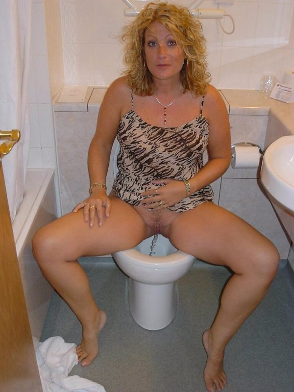 фото писают туалет скрытая камера