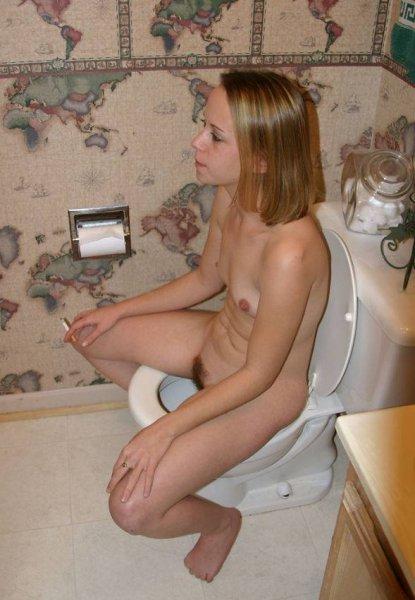 pisaet-tualete-devushki