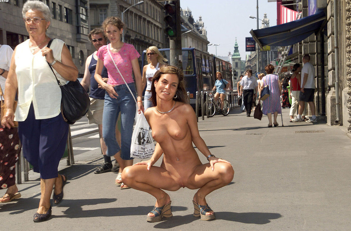 golie-na-ulitse-publike