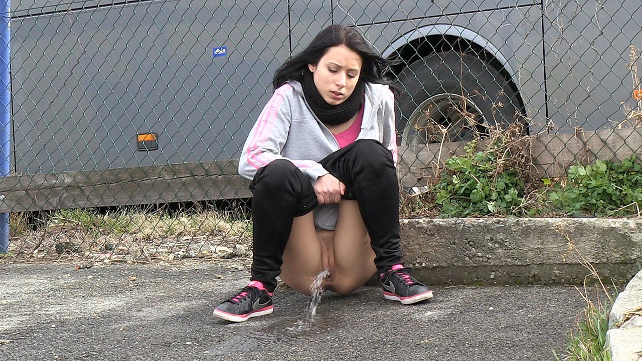 смотреть видео девки писают на улице тело