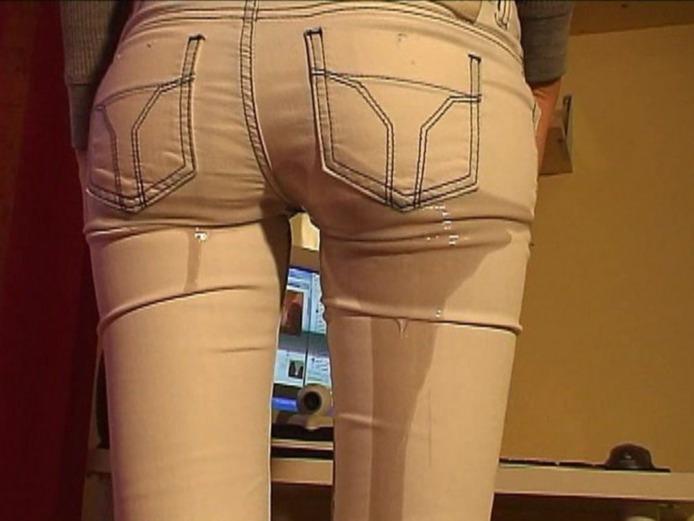 Описалась в узких штанах фото