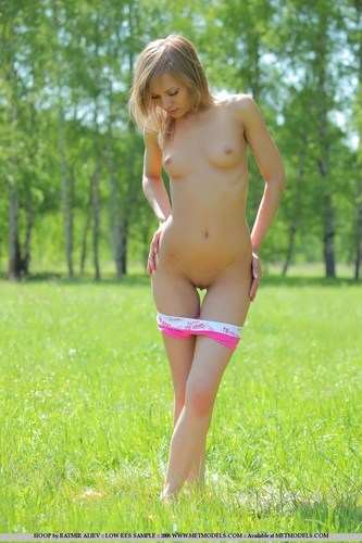 280646_24402-44054-nude-outdoors-babe-in-a-field.jpg